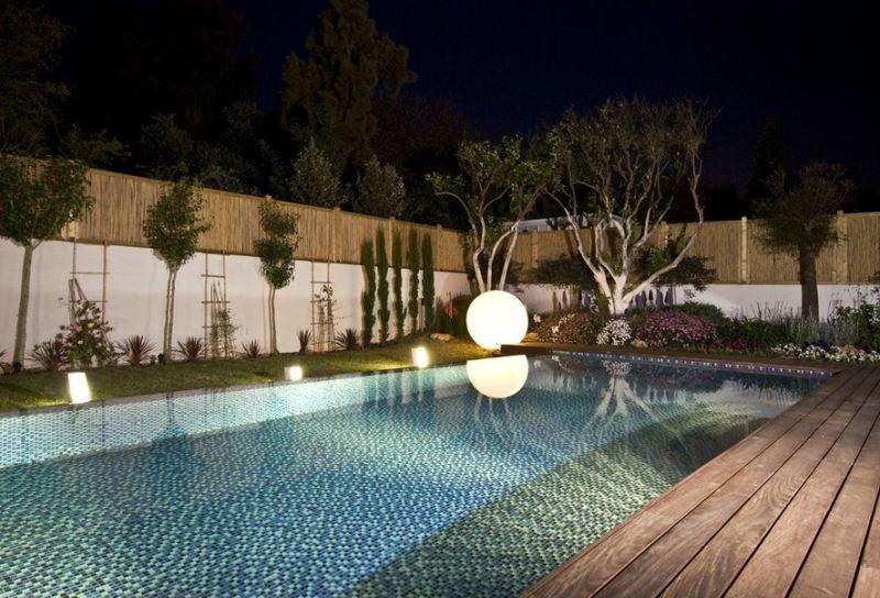 מבט לבריכה בשעות הערב, תכנון גיא וליקסון ודודי עזוז, צילום: מושי גיטליס