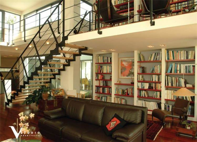 עיצוב חלל מגורים עם ספריה, גיא וליקסון ודודי עזוז