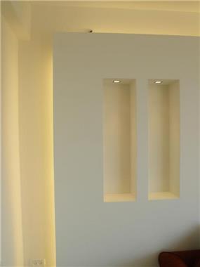 קיר מרחף ומואר בסלון