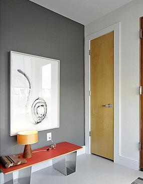 מבואה בכניסה קיר רקע אפור ירקרק בשילוב אדום להדגשה