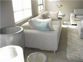רצפת בטון מוחלק בשילוב רהוט אפור לבן ותכלת