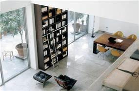ספרייה כרהיט עיצובי בחלל הסלון