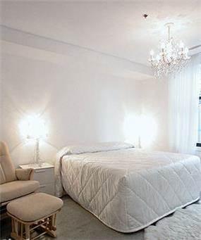 חדר שינה על טהרת גווני הלבן השונים נקי