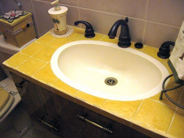אמבטיה כפרית בשילוב קרמיקה מבריקה צהובה