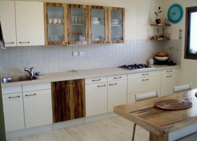 מטבח לבן משולב באגוז אפריקאי בעיצובה של תמי שטרסברג