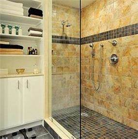 חלל אמבטיה באבן טבעית משולב פסיפס צבעוני