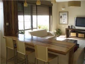 דלפק חוצץ בין המטבח לסלון- עיצוב תמי שטרסברג