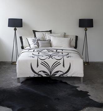 חדר שינה מינמליסטי בגווני שחור ולבן, עיצוב תמי שטרסברג