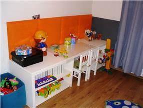 תכנון פריט רהוט לחדר ילדים המשלב שולחן לציור,אחסון וכספסל ישיבה