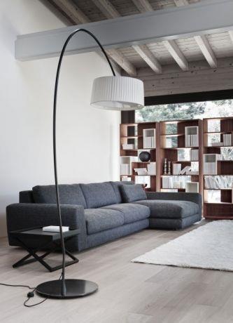 סלון מעוצב,מוקפד,הכולל חלל אחסון לספרים