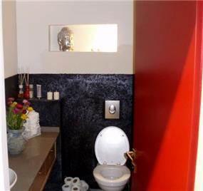 סטיילינג גאיה- חדר שירותים אדום שחור דרמטי