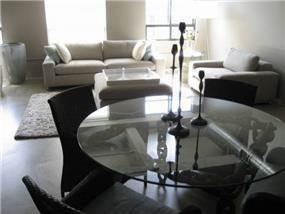 פינת אוכל שולחן זכוכית עם רגל ברזל מעוצבת