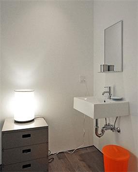 לא חייבים ארון מתחת לכיור, חדר אמבטיה בעיצוב תמי שטרסברג