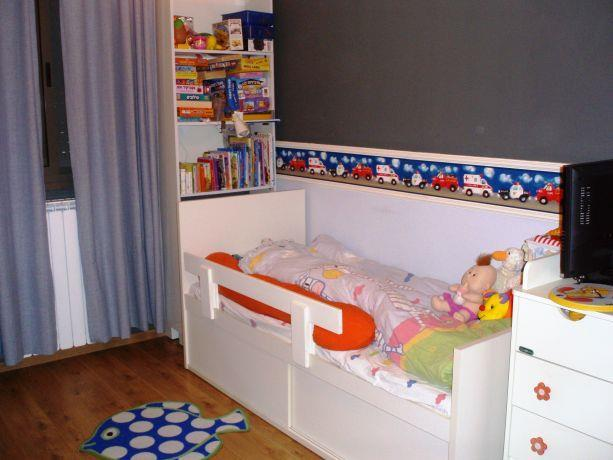 חדר ילדים מרוצף פרקט צבעי קיר בכחול ים ורהוט בהיר