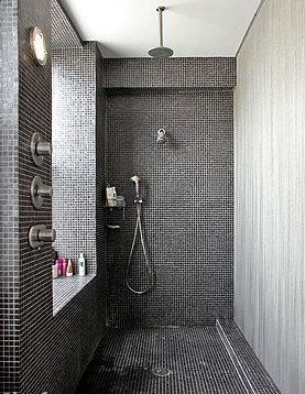 מקלחת מינמיליסטית  שחור על רקע אביזרים בניקל