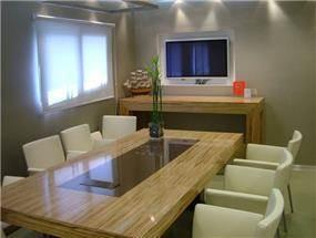 פינת שולחן ישיבות/אוכל מעוצבת בפורניר זברנו וצבע אפוקסי חום ובגימור לכה -ברק גבוה