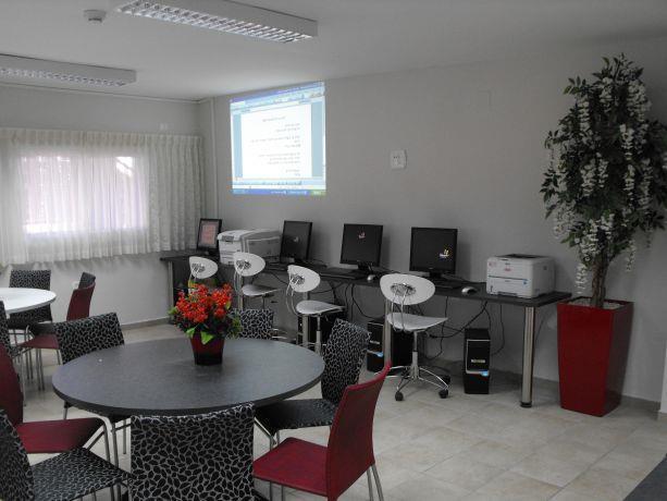 עמדת מחשבים בחדר מורים