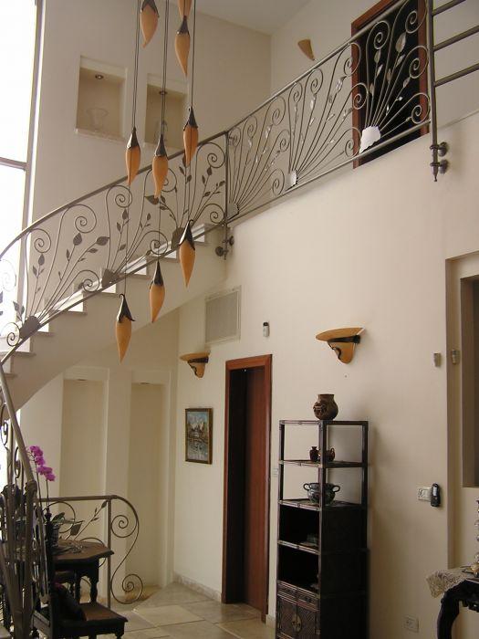 כניסה לבית תיקרה כפולה ועליה לקומה שניה