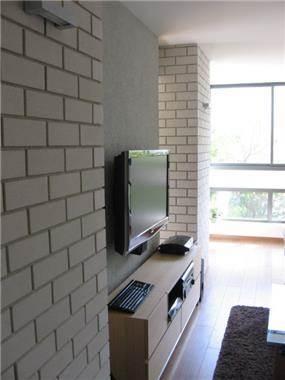 דירה תל אביבית עם קיר בריקים