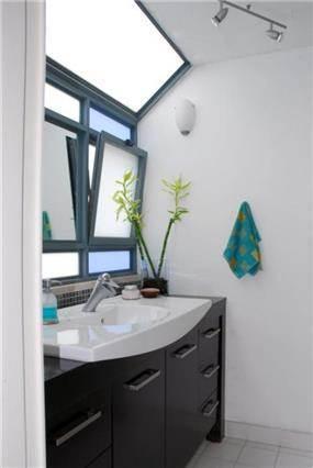 חדר אמבטיה, המראה משובצת בחלון