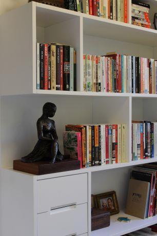 ספרייה לבנה, נורית אמויאל - מעצבת פנים