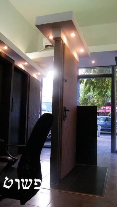 דלת חופשייה לגמרי בחלל לתצוגת דלתות ברמת גן