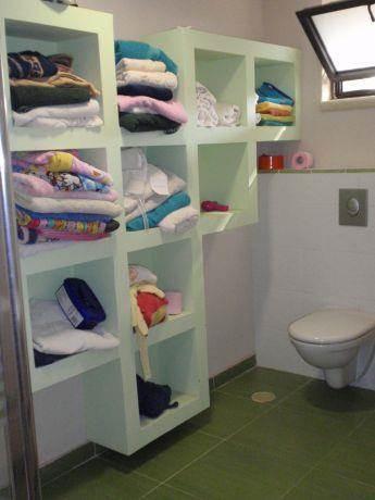 חדר רחצה ילדים,נישת גבס לאחסון בשילוב אסלה תלויה גוון ירקרק