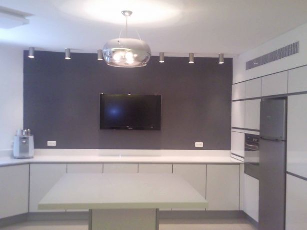 מטבח בסגנון מודרני, קווים נקיים, בגוון לבן ואפור בטון כהה