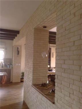 קיר לבנים בין מטבח לחדר מגורים