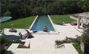 בריכה בחצר בית בפרובאנס בתכנון אדריכל יואב מסר