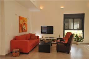 סלון בדירה, ספה אדומה.