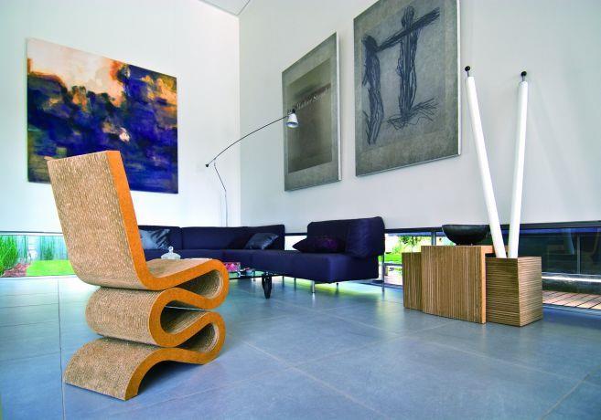 חלל מגורים עם חלונות נמוכים בתכנון אדריכל נסטור סנדבנק