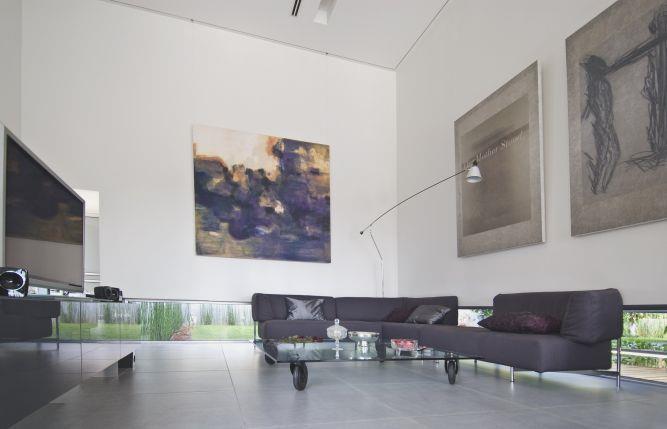 חלל מגורים בתכנון אדריכל נסטור סנדבנק