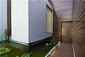 אקווריום בחצר הבית בתכנון אדריכל נסטור סנדבנק