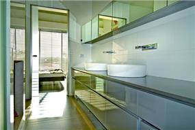 חדר רחצה בתכנון אדריכל נסטור סנדבנק