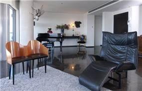 חלל מגורים בתכנון אדריכל נסטור סנדבנק, כורסת עור שחור,פסנתר כנף .
