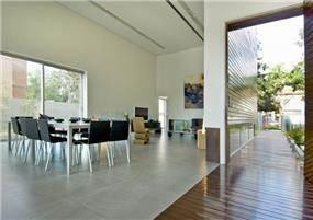 חלל מגורים מרווח בתכנון אדריכל נסטור סנדבנק
