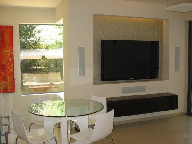מבט לקיר מדיה בדירת גן מאיה שפיר עיצוב פנים  - MS