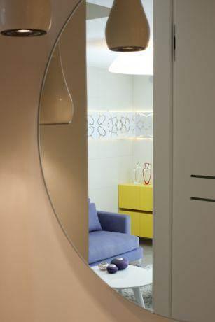 השתקפות הסלון מהמראה בחדא האמבטיה
