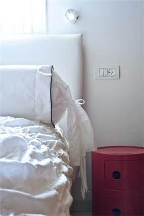 חדר שינה בשילוב שידת פלסטיק צבעונית, עיצוב דלית ונגרובסקי