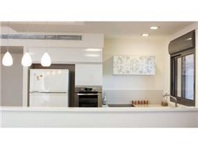 מבט מהסלון למטבח, עיצוב דלית ונגרובסקי