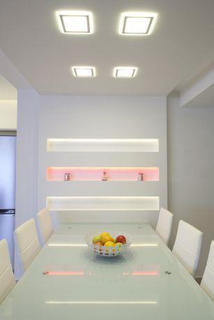 פינת אוכל לבנה המשלבת עיצוב בגבס ותאורת לד, עיצוב דלית ונגרובסקי