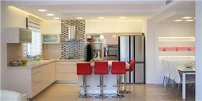 מטבח לבן בסגנון מודרני, עיצוב דלית ונגרובסקי