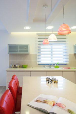 מטבח לבן עם נגיעות קטנות של צבע, עיצוב דלית ונגרובסקי