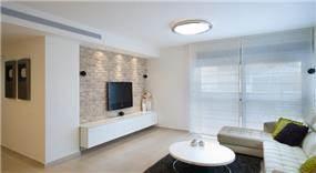סלון לבן בסגנון מודרני עם נגיעות של צבע שחור, עיצוב דלית ונגרובסקי