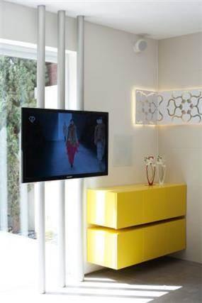 טלוויזיה על עמודים כפיתרון לקירות זכוכית, עיצוב דלית ונגרובסקי