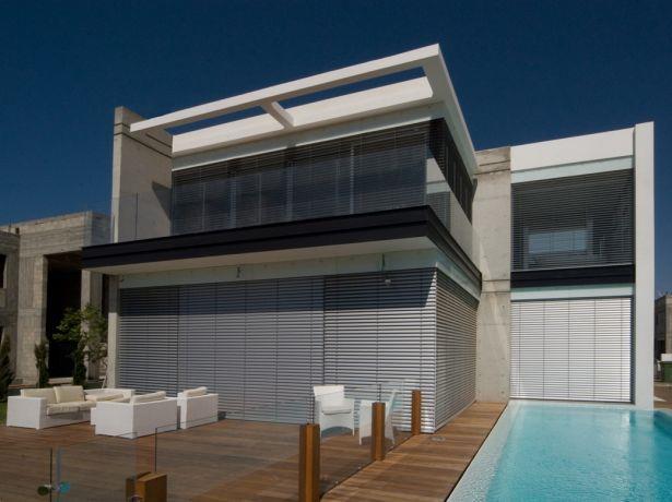 חזית בית פרטי עם בריכה בתכנון אדריכל גל מרום
