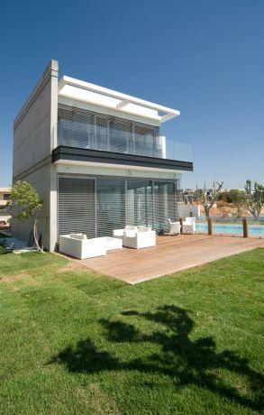 חזית בית פרטי עם בריכה בתכנון ועיצוב גל מרום, אדריכל