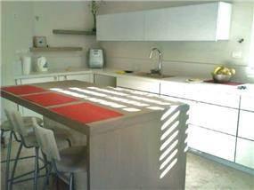 מטבח לבן עם אי מפורניר עץ