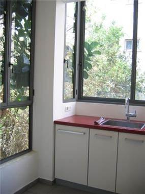 מטבח לבן בדירה ששופצה וחולקה מחדש